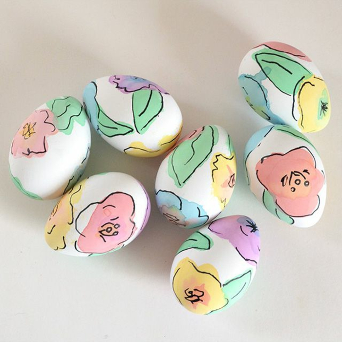 weiße Ostereier mit Rosenmotiven bemalt, kleine Blätter, Ostereier bemalen mit Kindern