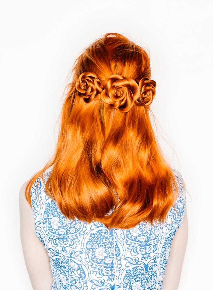 Mittellange rote Haare, Haarblumen flechten, Sommerkleid mit Blumenmuster