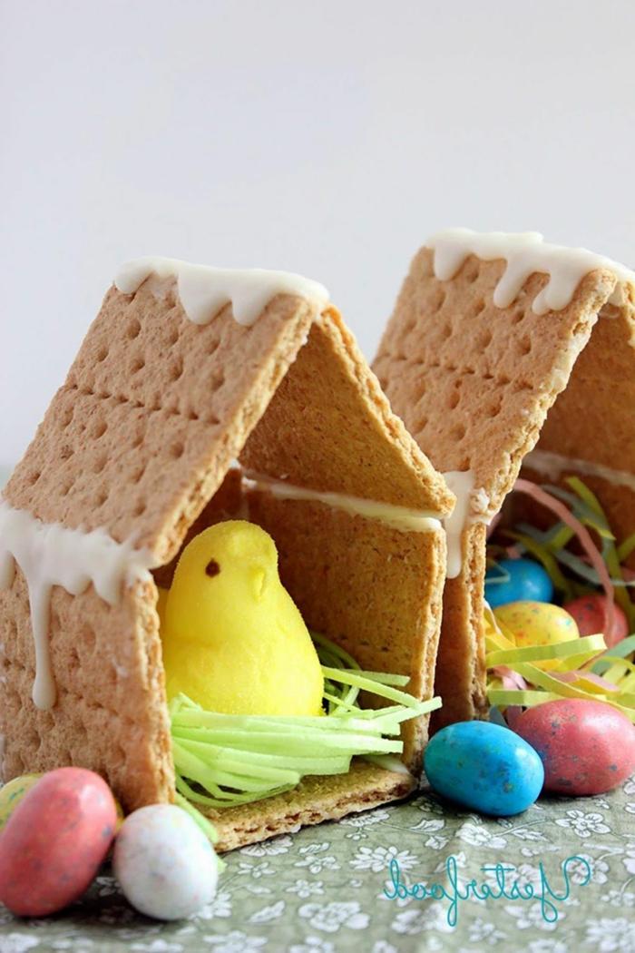zwei Häuschen aus Süßigkeiten, viele kleine Ostereier aus Schokolade, kleine Ostergeschenke