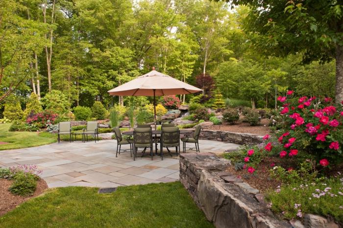 moderne terrassen, schöne gartengestaltung mit aleen, sonnenschirm, bunte blumen, sitzbereich