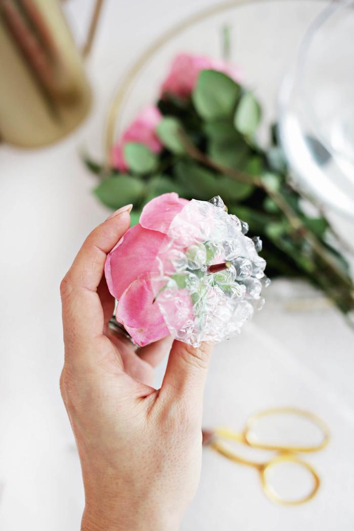 Frühlingsdeko selber machen, Schale voll mit kleinen Rosen, Idee für Tischdeko