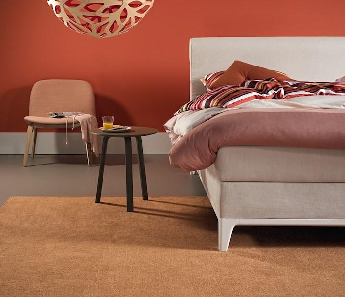 Schlafzimmereinrichtung für guten Schlaf, Wandfarbe Terrakotta, Boxspringbett in Beige