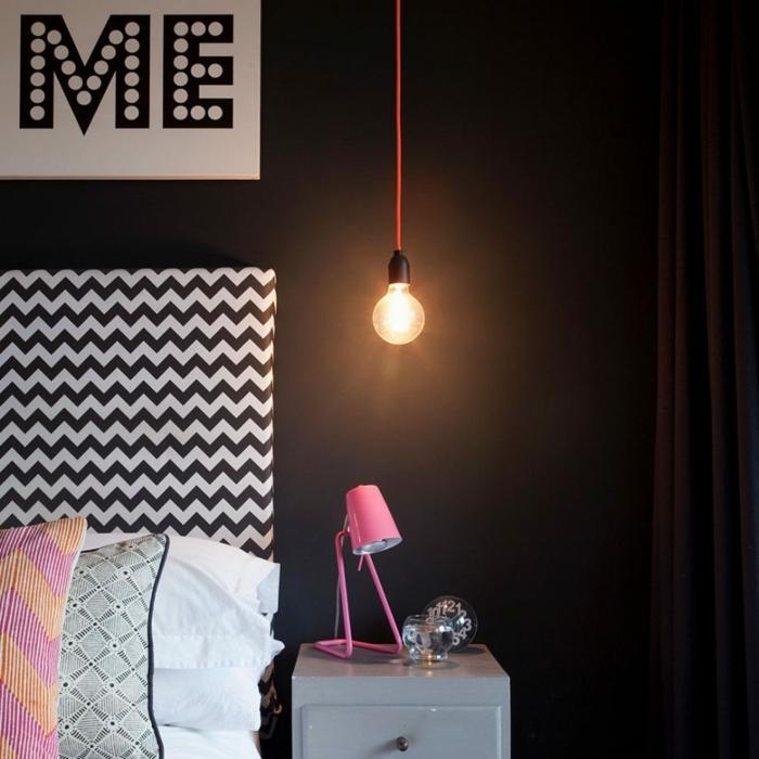 geometrische Motive an der Wand, eine Leselampe in rosa Farbe, Zimmer einrichten Ideen