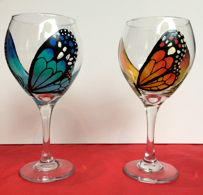 zwei Schmetterlinge, die wie echt aussehen, jedoch nur bemalt sind, Glas farben