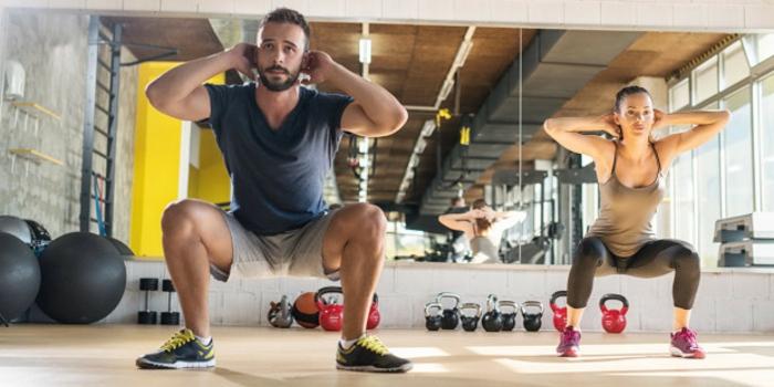 abnehmen ohne diät, mann und frau machen situps im sportsaal, dumbell, spiegel, ideen abnehmapp
