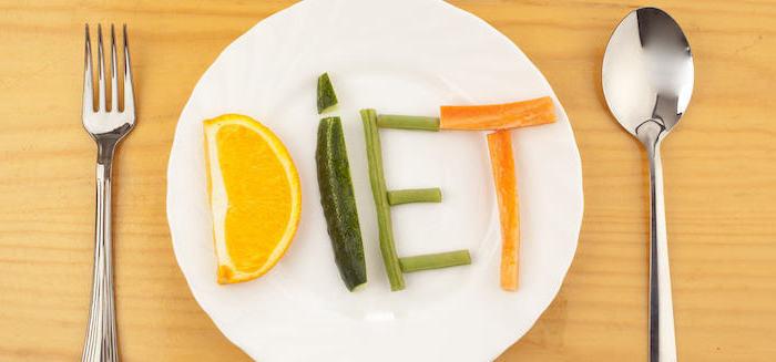schnelles frühstück, obst und gemüse, eine gabel und ein löffel, tisch, diät, buchstaben