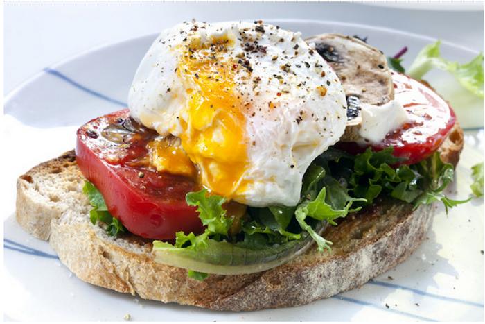 schnelles frühstück selber machen, brotscheibe mit ei, tomaten und grünem salat