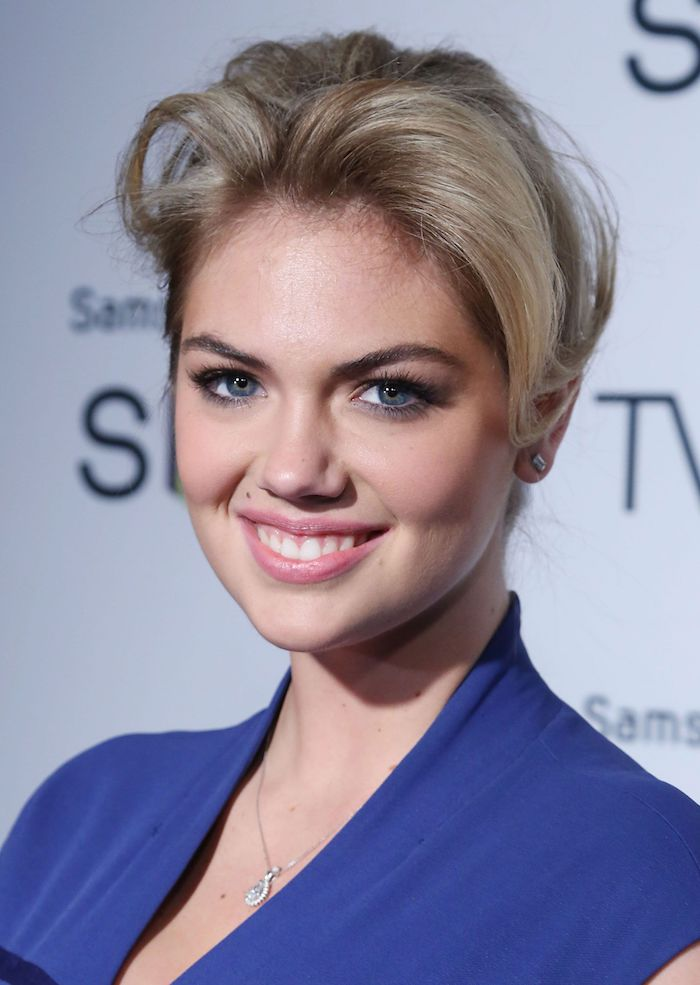 schöne haarschnitte für frauen, kurze blonde haare, dunkelblaues kleid, make up für blaue augen