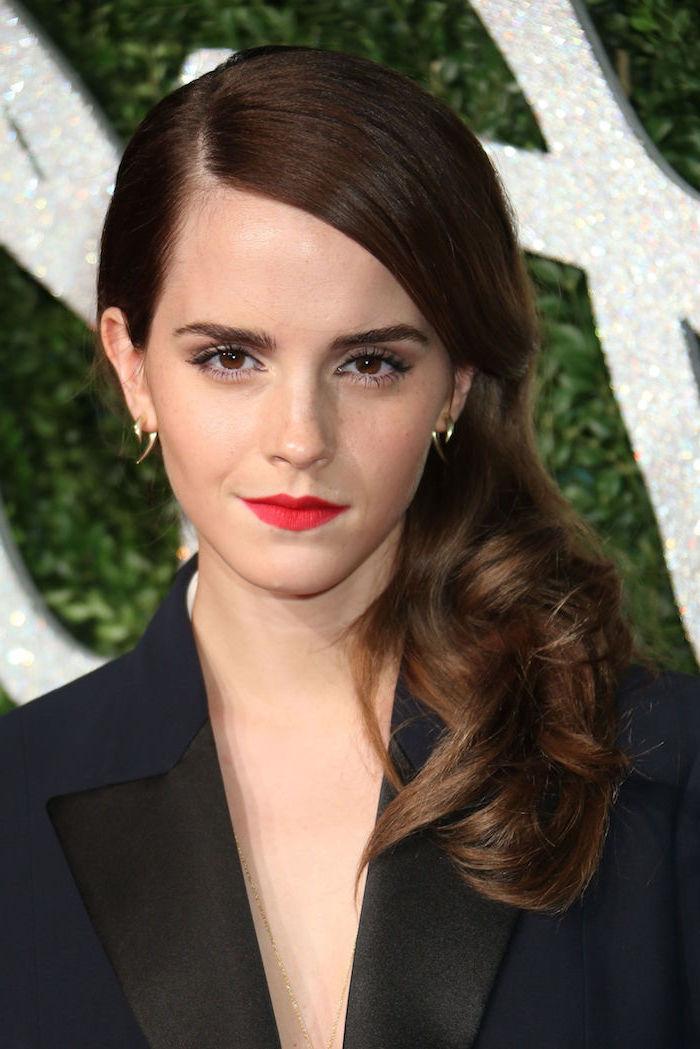 Emma Watson Langhaarfrisur, kastanienbraune haare, roter Lippenstift, schwarzer Blazer, goldene Ohrringe
