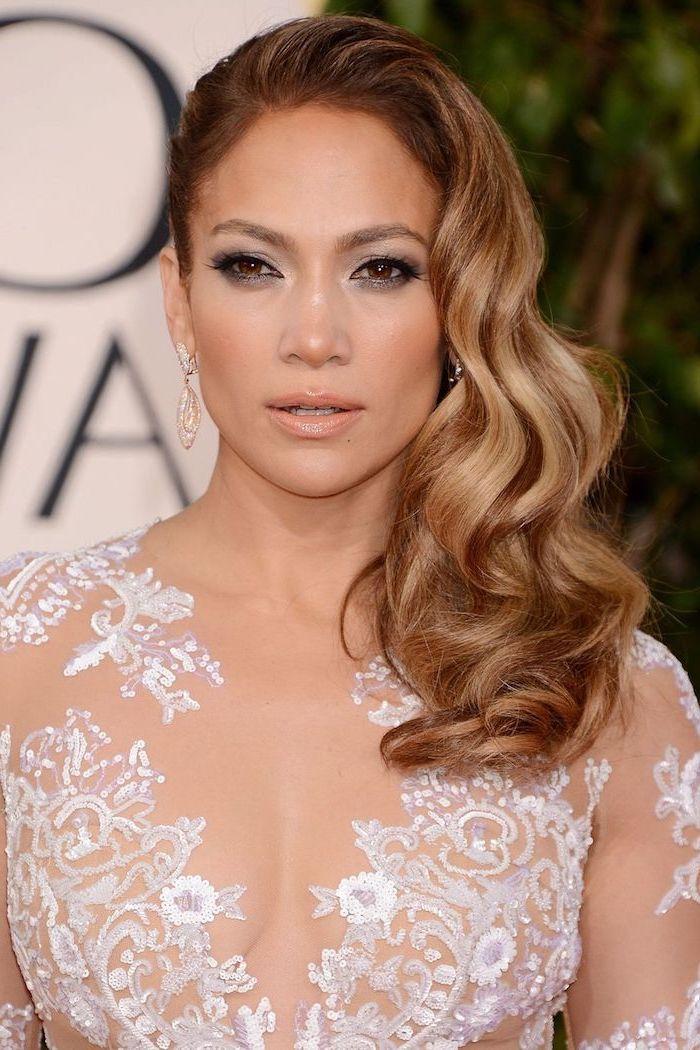Jennifer Lopez Balayage Frisur, seitliche Lockenfrisur, lange Haare, weißes Spitzenkleid, Smokey Eyes und matter Lippenstift
