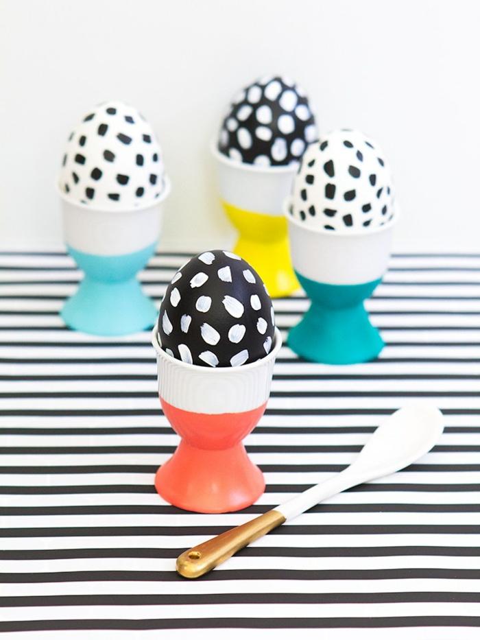 vier Eier schwarze auf weißen Flecken und weiße auf schwarzen Flecken, Ostereier dekorieren