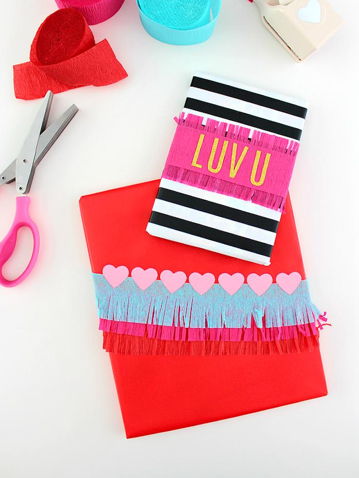 Scrapbook selbst gestalten, mit Aufschrift Luv U, mit Krepppapier basteln, Geburtstagsgeschenk für Freundin