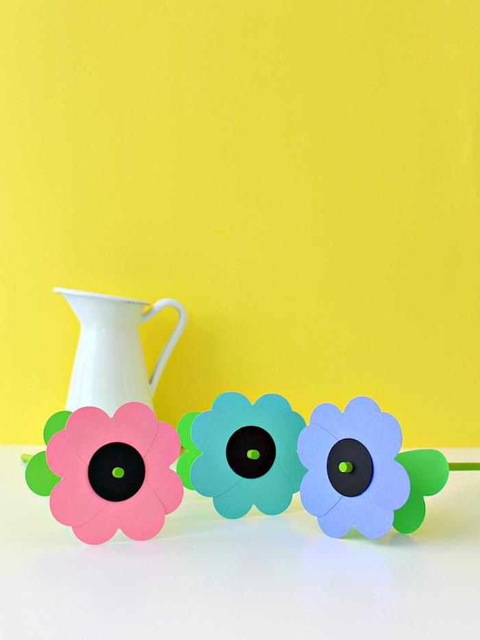 Drei Blumen aus Papier und weiße Porzellanvase, schöne Geschenkidee zum Geburtstag