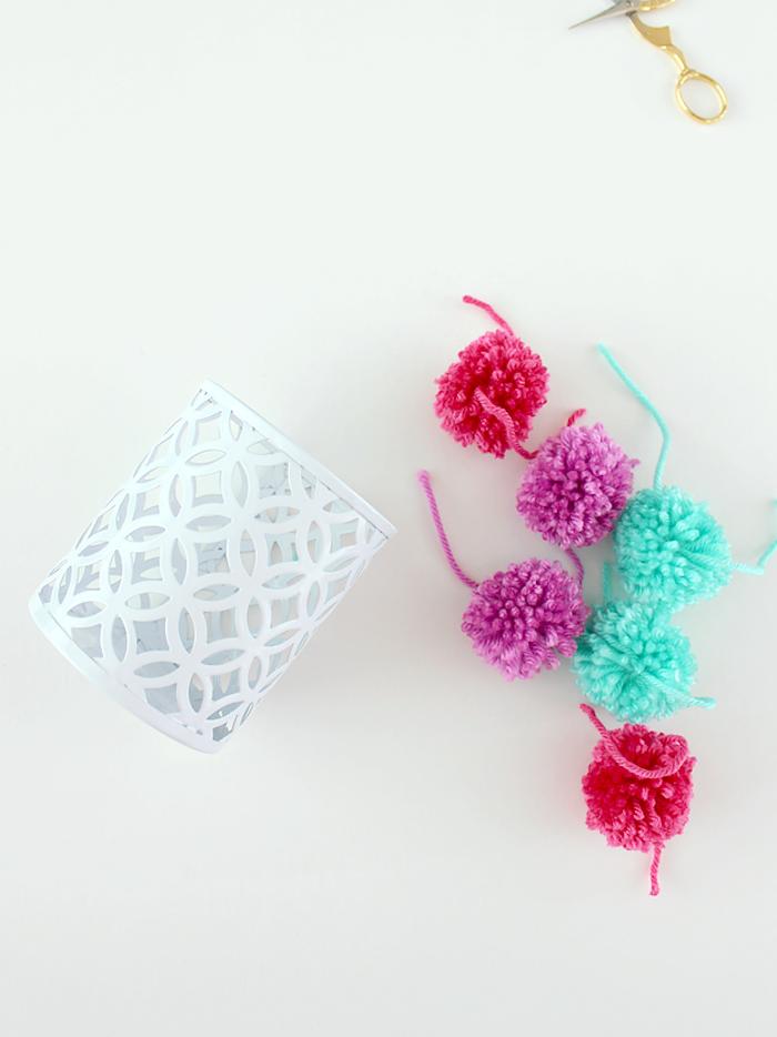 Weißen Stiftehalter mit bunten Pompons verzieren, leichte DIY Idee zum Nachmachen