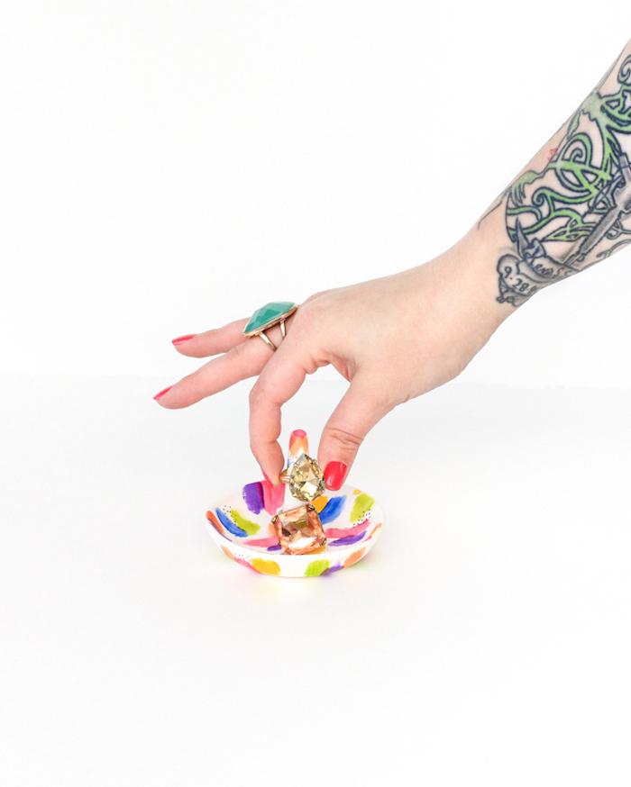 Selbstgemachte Ringschale, mit bunten Farben bemalt, silberne Ringe mit großen Steinen