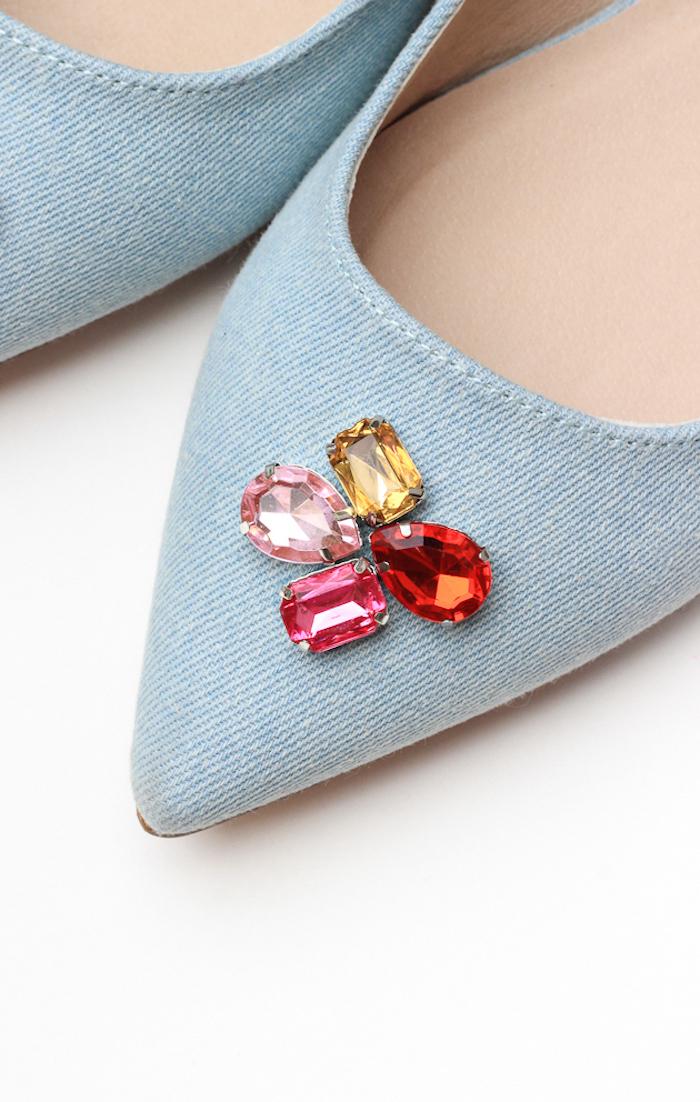 Schlichte blaue Schuhe mit bunten Kristallen verziert, Geschenkidee für Freundin