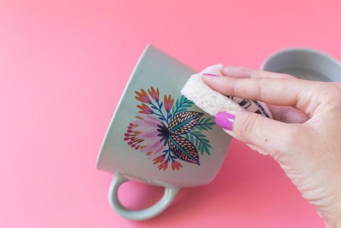 Weiße Tasse mit Blumenmotiv selbstgemacht, Anleitung für DIY Geburtstagsgeschenk