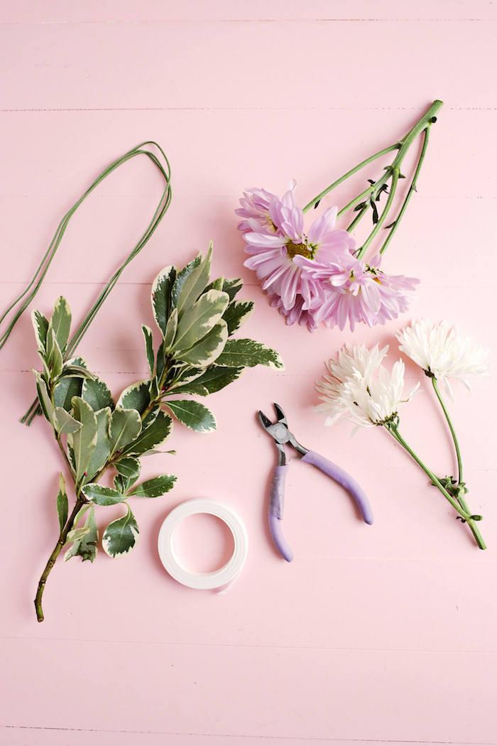 Serviettenhalter selber machen, mit echten Blüten und Blättern, lila und weiße Chrysanthemen