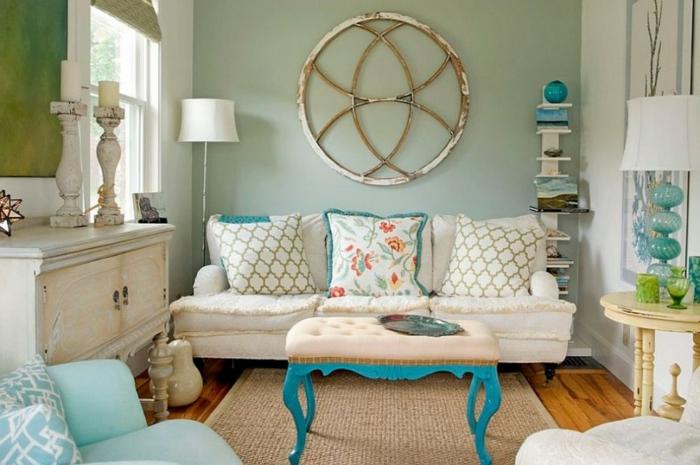 weißes Sofa, bunte Kissen, kleiner Tisch, grauer Teppich, Wohnzimmer gestalten