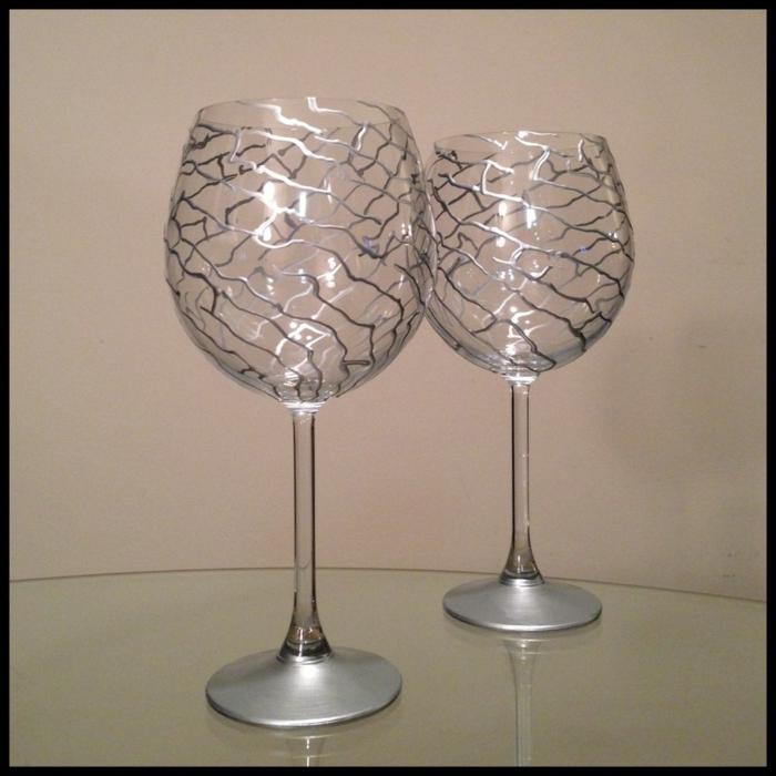 zwei Gläser wie silbern, die leuchten, Glas farben zu Hochzeit für das Brautpaar