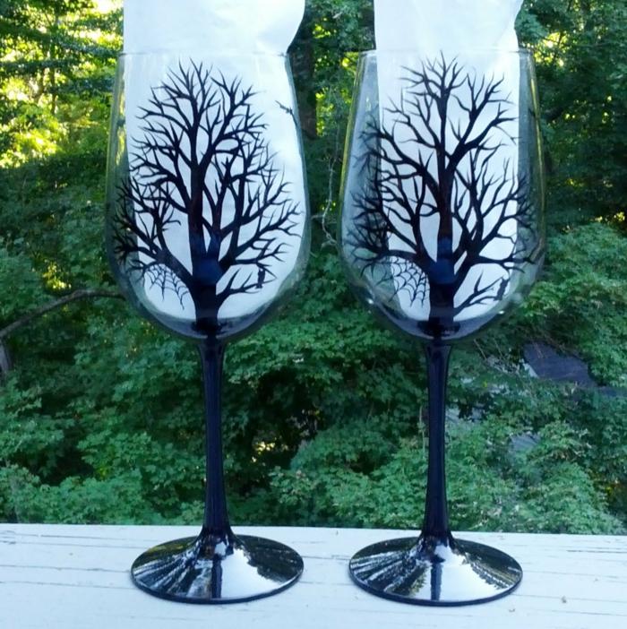 zwei Gläser mit Silhuette von Bäumen im Winter, zwei gruselige Gläser, Glas farben