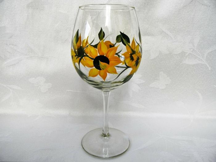 eine Dekoration aus Sonnenblumen wie ein Ring, weißer Hintergrund, Glas farben