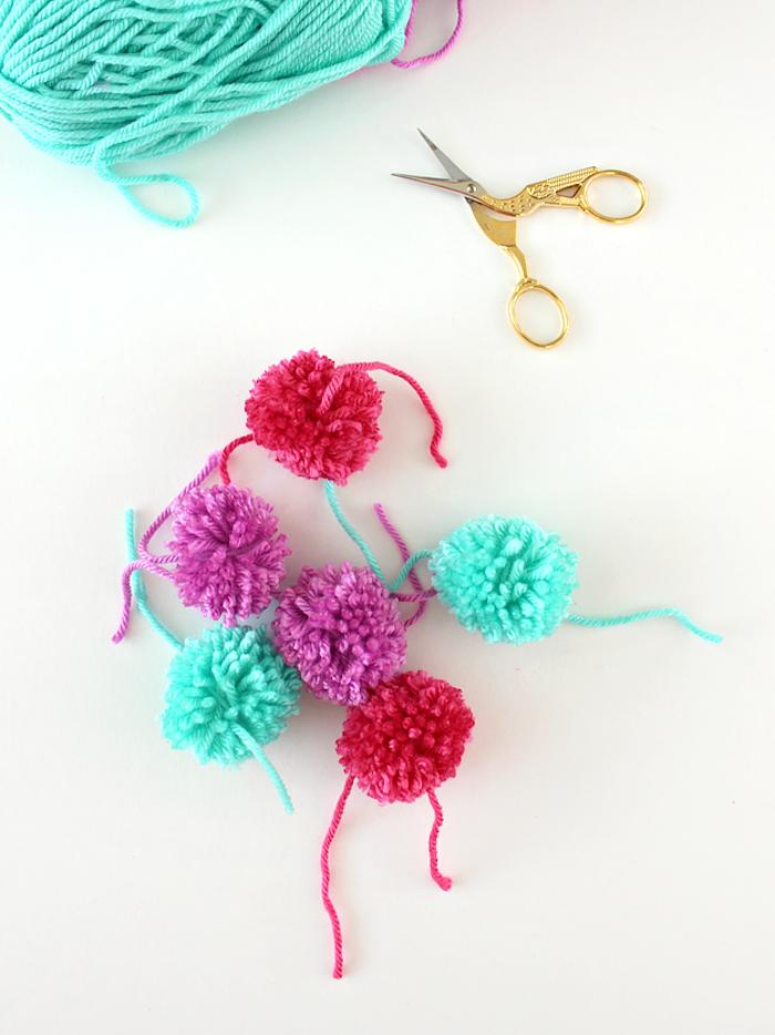 Pompoms selber machen und Stiftehalter verzieren, DIY Idee für Geburtstagsgeschenk