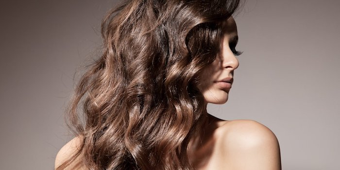 highlights haare stil ideen glänzende haare, volle lippen, natürlicher look, lange wimpern