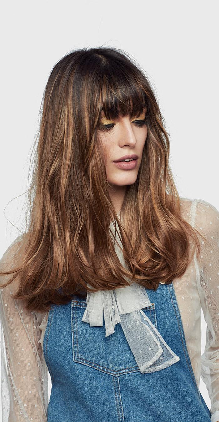 balayage selber machen ideen, coole styling ideen für damen, jeans bekleidung, spitze bluse, pony
