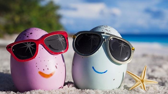 schwarze und rote brillen, ein strand mit sand, lustige osterilder kostenlos herunterladen, ein wald mit grünen bäumen und meer, zwei große pinke und blaue ostereier