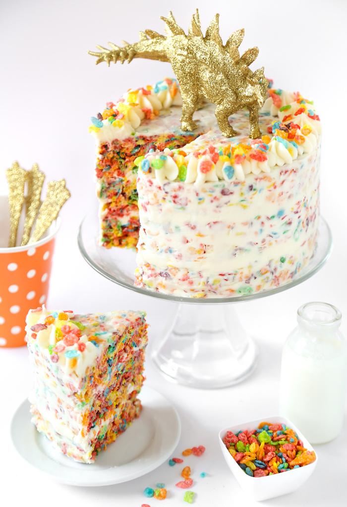 süßigkeiten kuchen, rote für kindergeburtstag selber machen, strück torte, bunte cornflakes und buttercreme