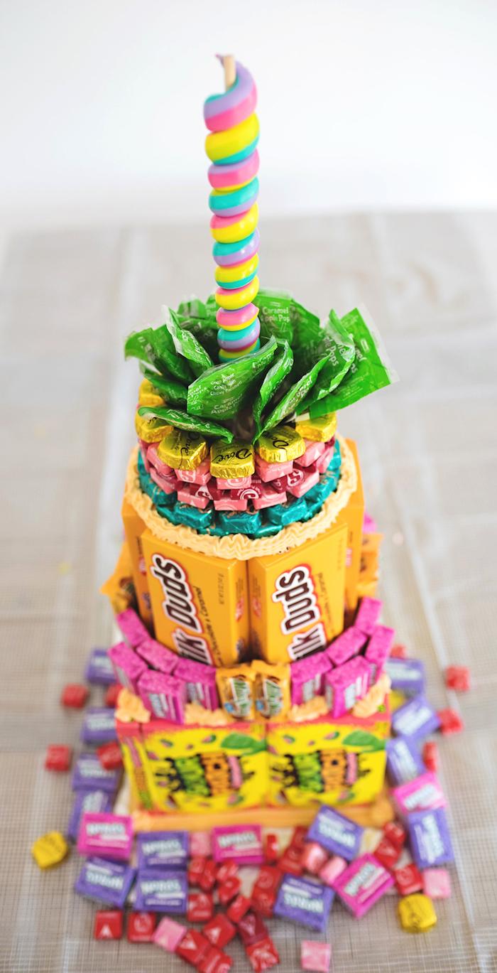 süßigkeiten torte, geburtstagstorte aus schokoladen, bonbons kaugummis und lutscher