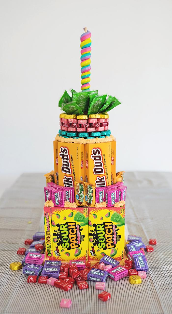 selbstgemachte süßigkeiten torte aus bonbons, schokoladen und kaugummis, anleitung