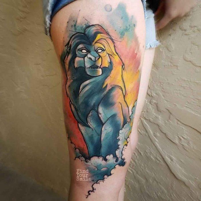 tattoo könig der löwen, mufasa ala tattoo-motiv, wasserfarben tattoo am oberschenkel