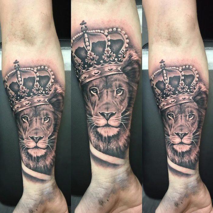tattoo könig der löwen, realistische 3d-tätowierung in schwarz und grau, löwe mit großer krone