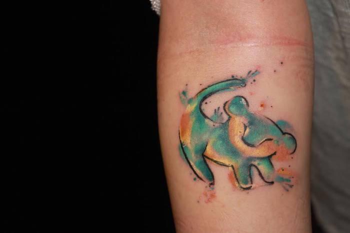 tattoo könig der löwen, kleine tattoo motive, aquarell tattoo am arm, simba
