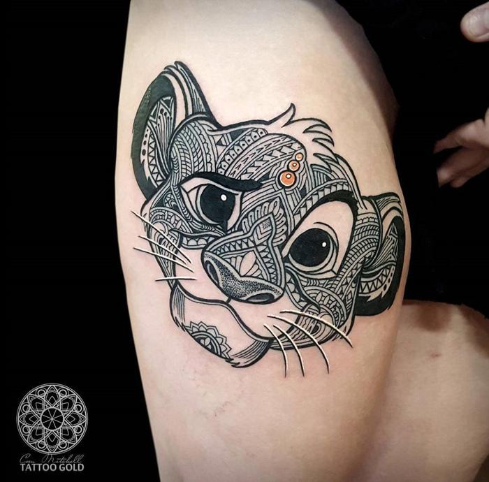 tattoo könig der löwen, tätowierung am oberschenkel, simba, indische motive