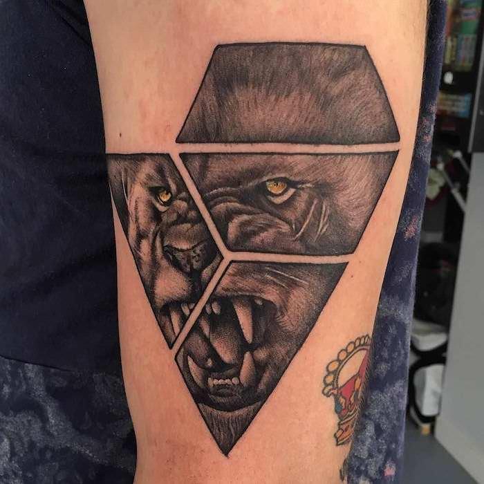 tattoo löwe, schwarz-graue tätowierung mit geometrischen elementen, löwe mit gelben augen