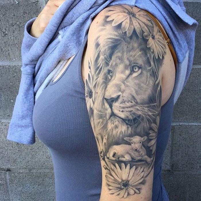tattoo löwe, frau mit großer tätowierung am arm, löwe und gänsenblumen