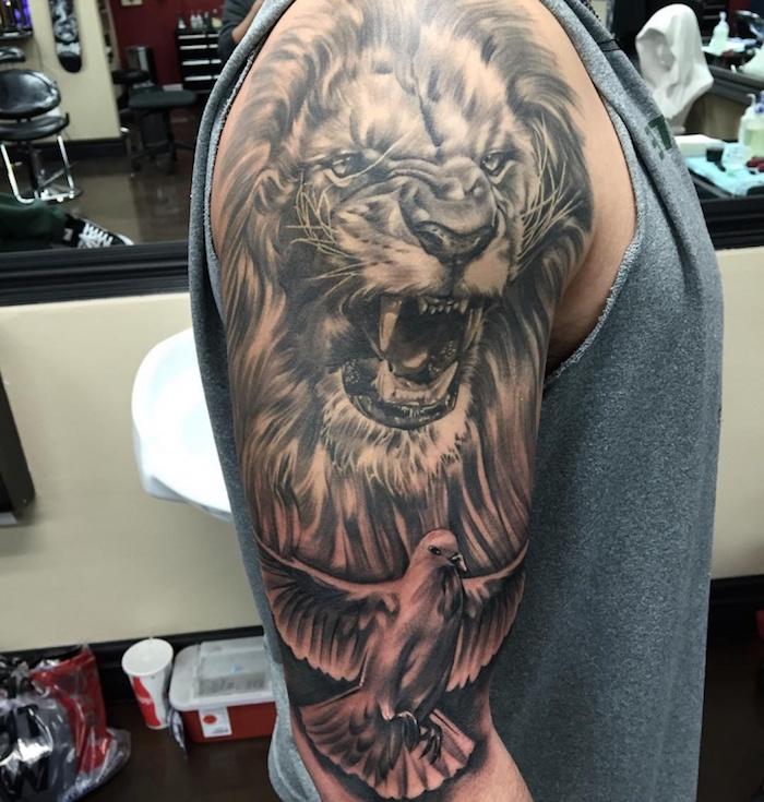 tattoo löwe, mann mit großer realistischer 3d-tätowierung am arm, läwe mit weißer taube