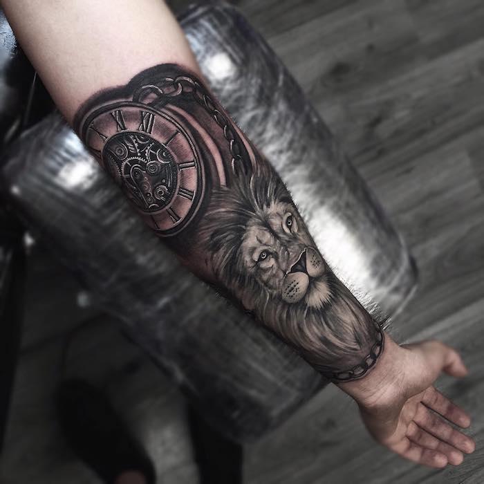 tattoo löwenkopf, realitische tätowierung am unterarm, löwe mit großem kompass
