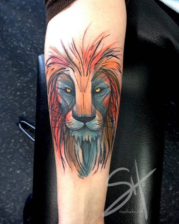 tattoo löwenkopf, farbige tätowierung am unterarm, arm tätowieren, tattoos mit bedeutung