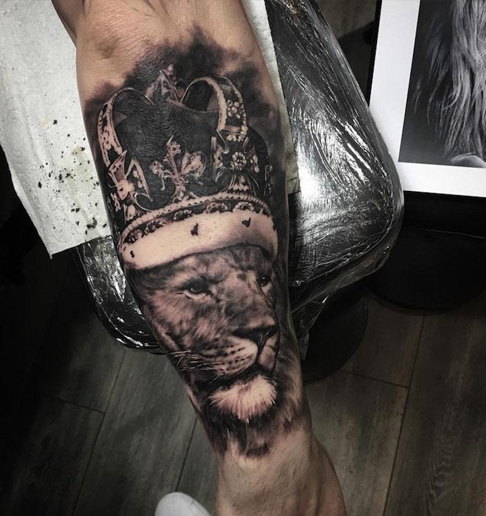 tattoo löwenkopf, 3d-täwoeirung am unterarm, löwe mit großer krone, könig