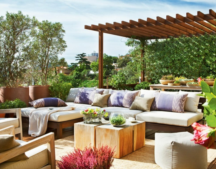 gemütliche terrassen gestaltungsmöglichkeiten zum nachmachen, bunte dekorationen und blumen