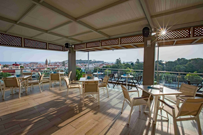 wie ein cafe die riesengroße terrasse gestalten, viele tische und stühle, gäste empfangen