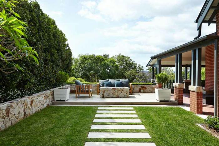aleen gehören zu den trendy terrassen gestaltungsmöglichkeiten, raigrass, erholungsbereich