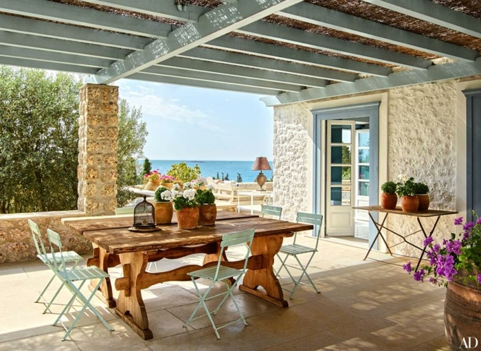 terrassen beispiele, mediterranes flair auf der terrasse, möglich zum selber gestalten und einrichten, lila blumen