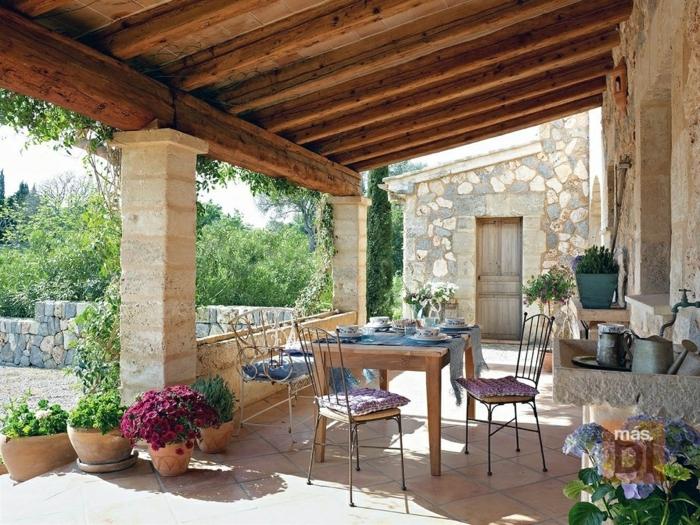 terrassen beispiele, inspiration aus dem mediterranen raum, blumen, steinwand, deko in blau und rosa