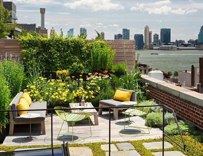 balkon ideen kleine dachterrasse schön einrichten und dekorieren, sofa, stühle, bunte blumen