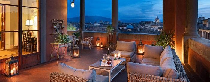 balkon ideen zum nachmachen, romantisches ambiente zu hause am abend, sessel, sofa, kerzen